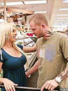 Грудастая блондинка Carmel Moore пригласила потрахаться домой татуированного незнакомца - секс порно фото