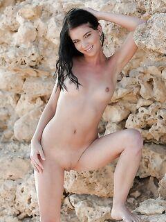 Парень фотографирует голую подружку у скалы - секс порно фото