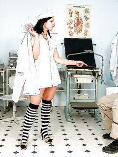 Сексуальная медсестра Lucie V скачет на члене пациента в кабинете - секс порно фото