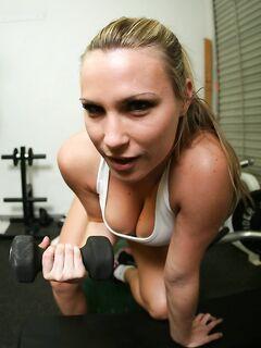 Спортивная милашка раздевается и позирует в боксерских перчатках в спортзале - секс порно фото