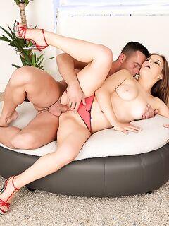 Жопастая цыпочка дрочит член партнёру после секса - секс порно фото