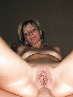 Мужик ебёт на диване любовницу в анал - секс порно фото