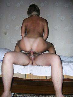Мужики трахают чужих жён на кровати - секс порно фото