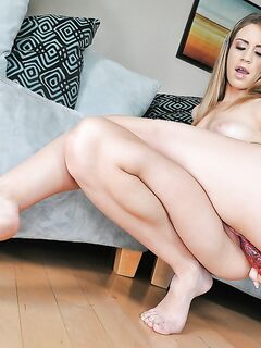 Грудастая красотка мастурбирует секс игрушками на диване - секс порно фото