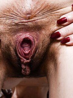 Зрелка распахнула перед камерой волосатую манду - секс порно фото