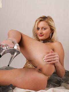 Сексапильная сучка в золотом купальнике показывает киску - секс порно фото