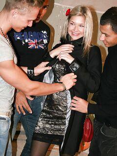 Три мужика ебут во все дыры молодую блондинку - секс порно фото