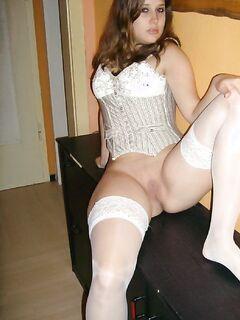 Малышка без трусиков в белых чулках сидит на тумбочке - секс порно фото