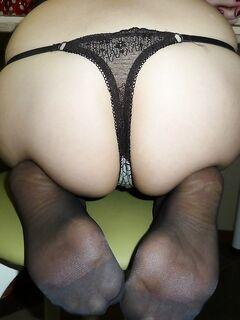 Стройная девушка в стрингах позирует перед камерой и хвастается своей дыркой - секс порно фото