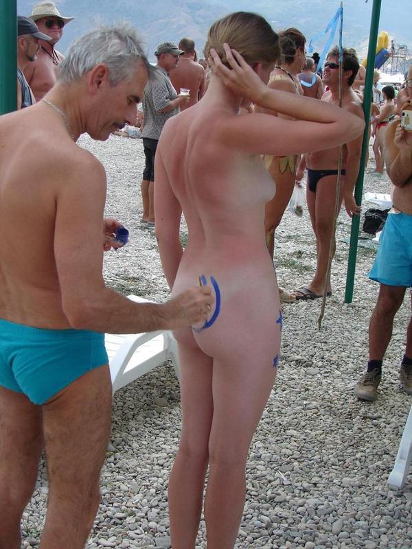 Подборка снимков разрисованных красоток на пляже - секс порно фото