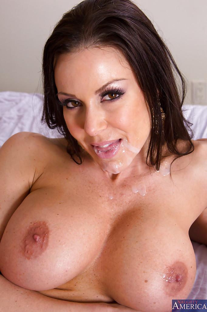 Грудастая дамочка пробуждается от утреннего минета - секс порно фото