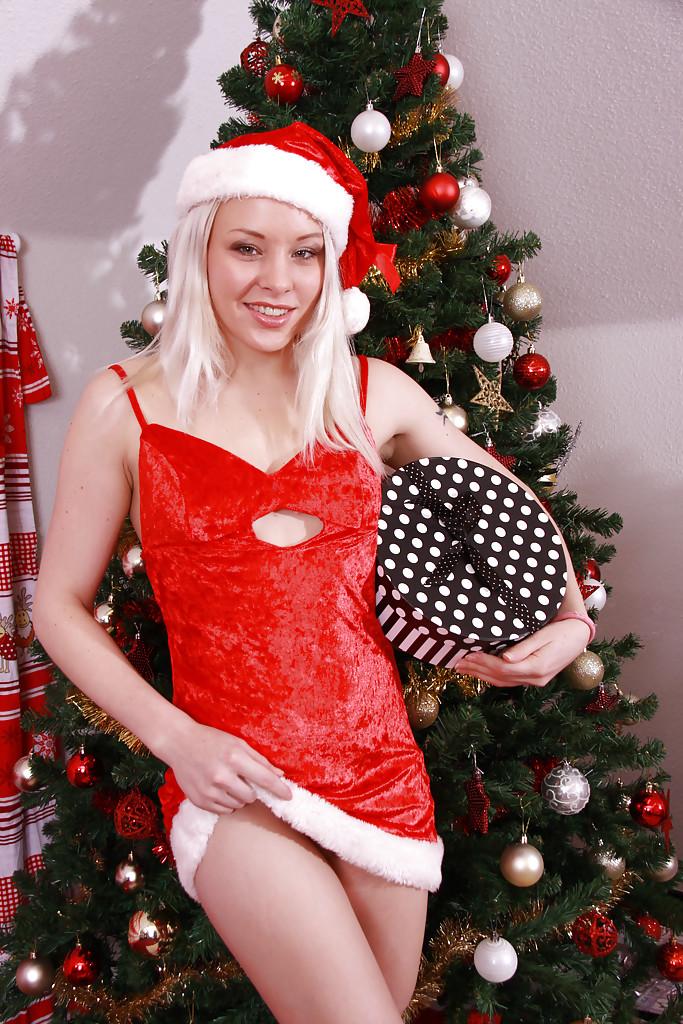 Молодая блондинка позирует снимая рождественские нарады - секс порно фото