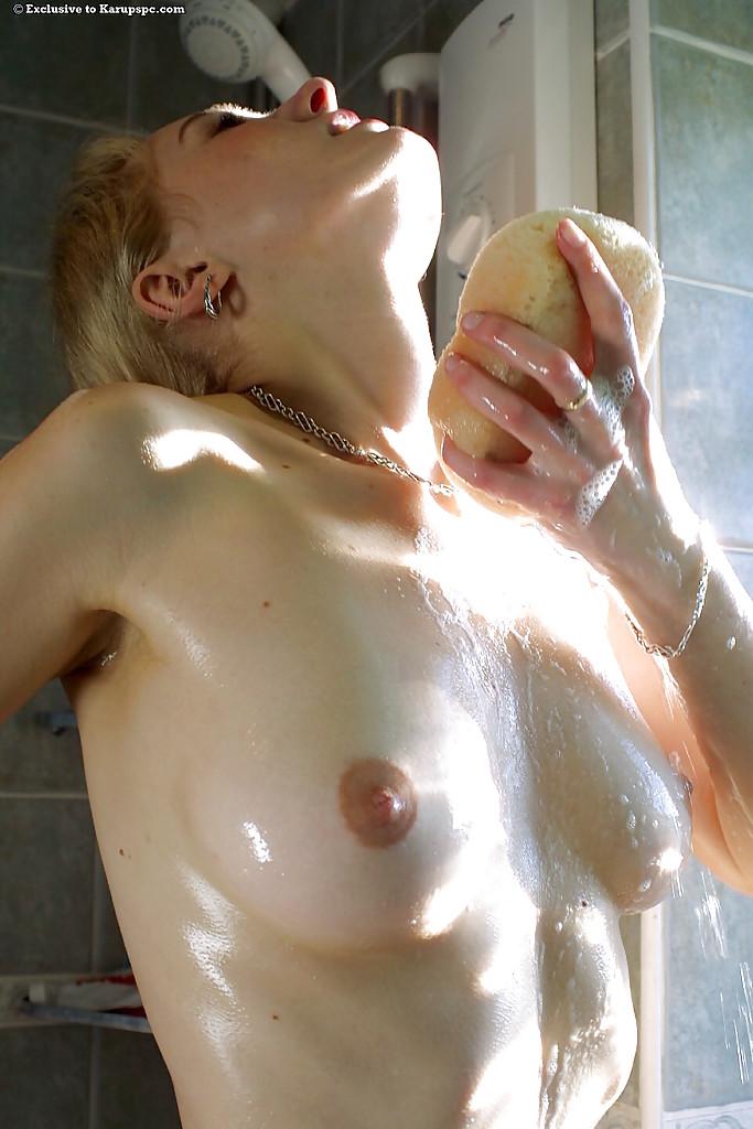 Девушка принимает душ и показывает смачную грудь - секс порно фото