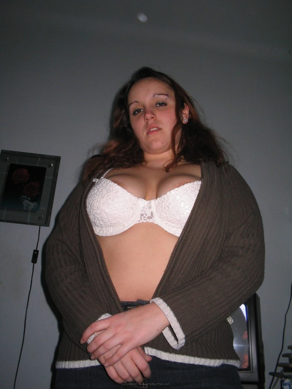 Парень фотографирует голые сиськи пышной студентки с пирсингом в брови - секс порно фото