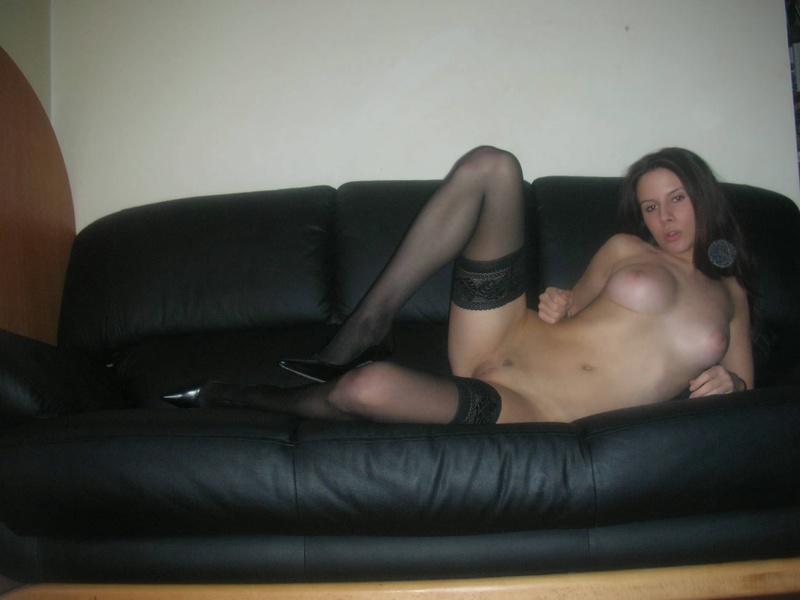 Сексуальная студентка нежится в одних чулках на кожаном диване - секс порно фото