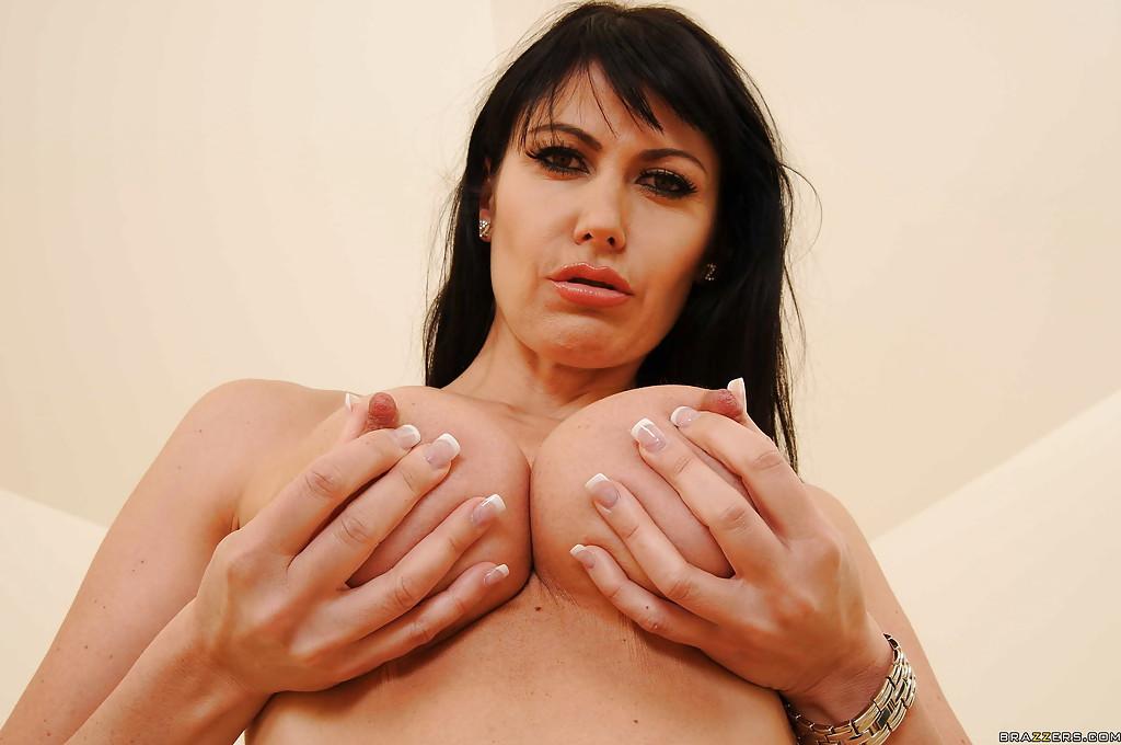 Грудастая домохозяйка с подтянутым телом надевает страпон в спальне - секс порно фото