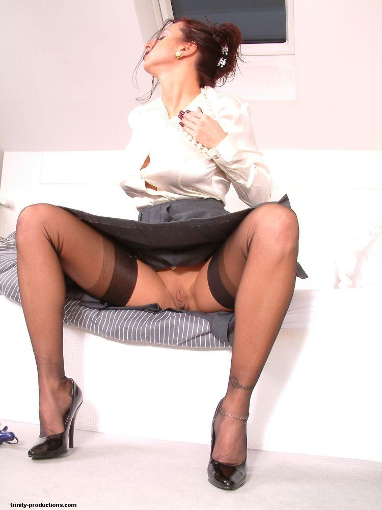 Грудастая мамаша одевшись мастурбирует в спальне - секс порно фото