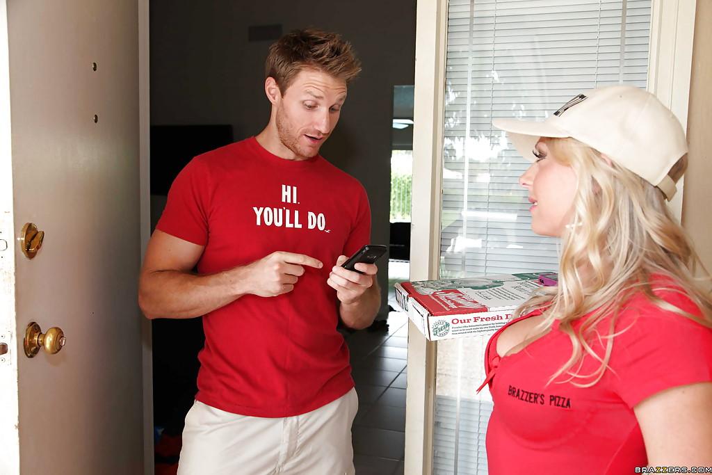 Мужик трахает дома доставщицу пиццы Britney Brooks - секс порно фото