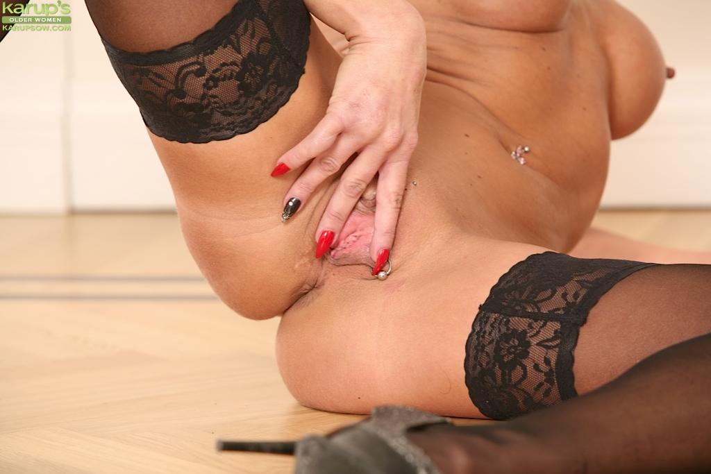 Зрелая Cathie показывает анус и киску сидя на полу - секс порно фото