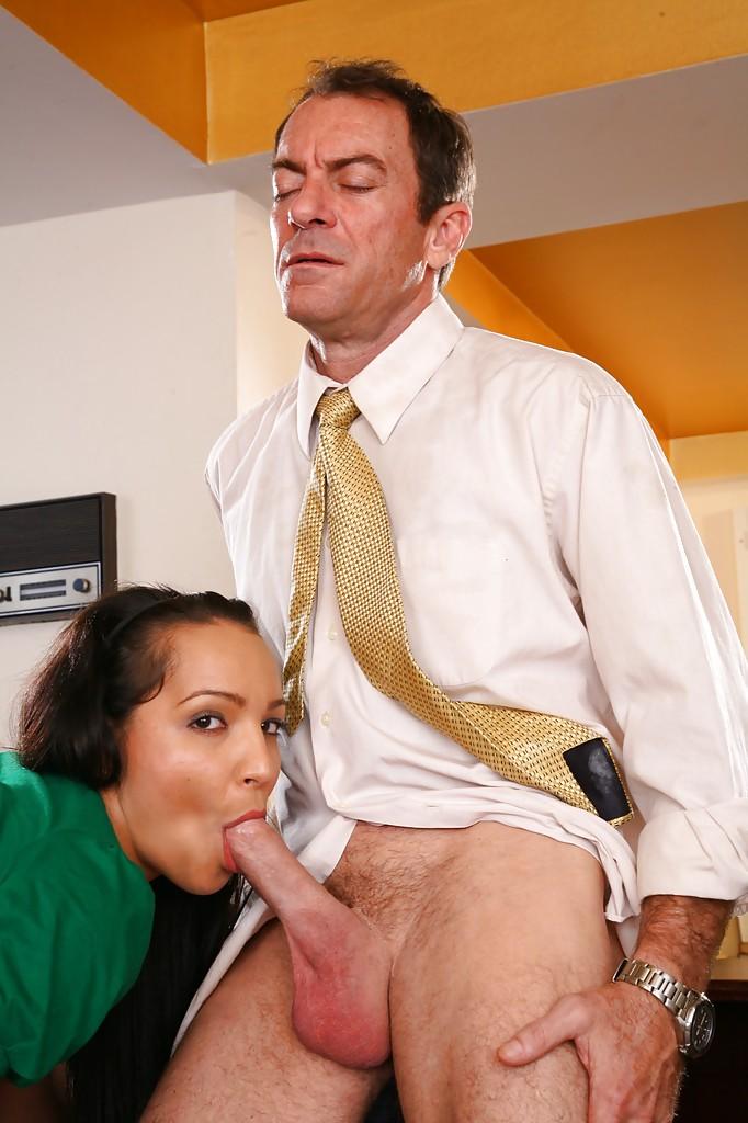 Опытный любовник трахает стройную студентку Sabrina Sweet на спинке кресла - секс порно фото