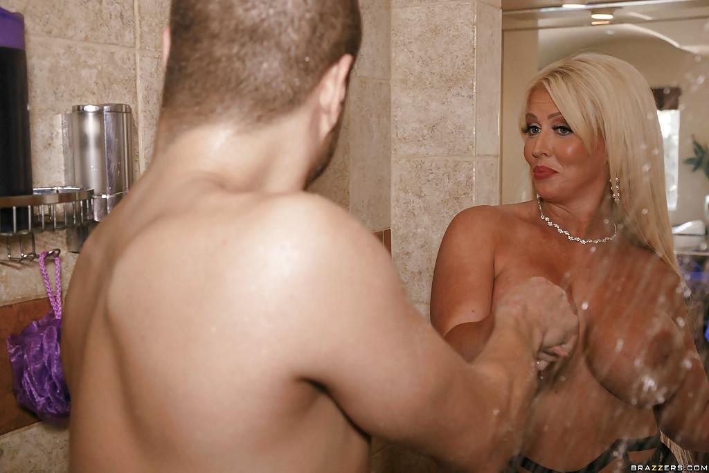 Зрелая блондинка с большими дойками удовлетворяет парня всеми дырками в душе - секс порно фото