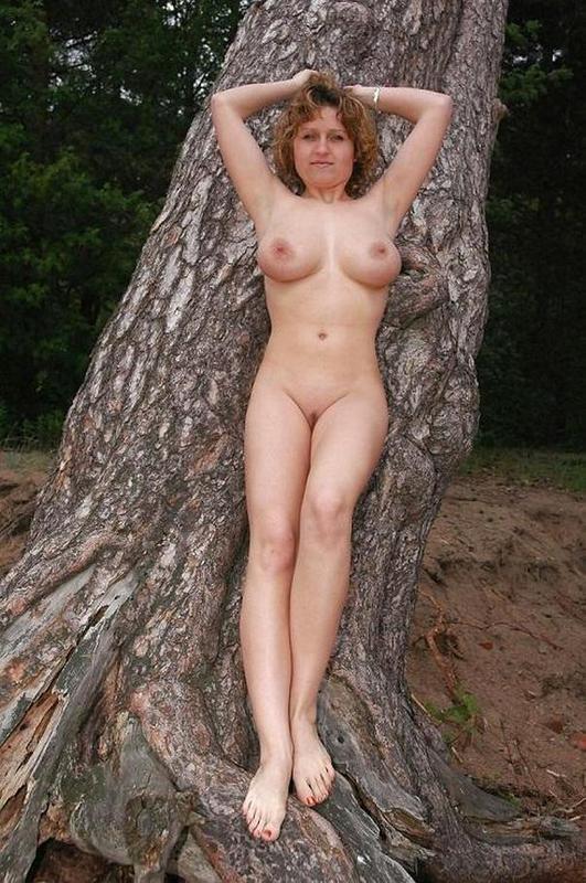 Мужик фотографирует голую любовницу в лесу - секс порно фото