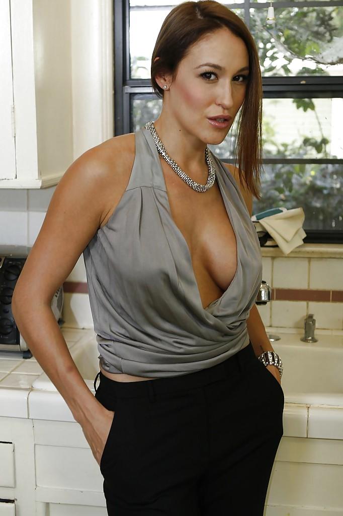Сексуальная мамаша с большими сиськами показывает сладкую попку на кухне - секс порно фото