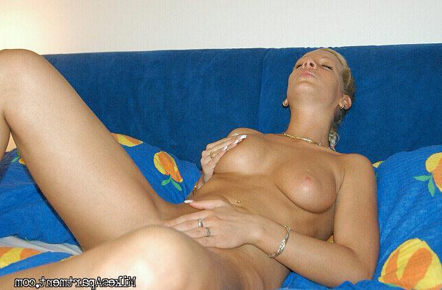Сексуальная блондинка курит голышом на кровати - секс порно фото