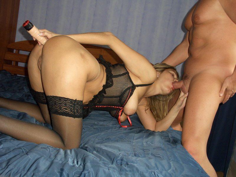 Дамочка сует в свой анал вибратор во время секса - секс порно фото