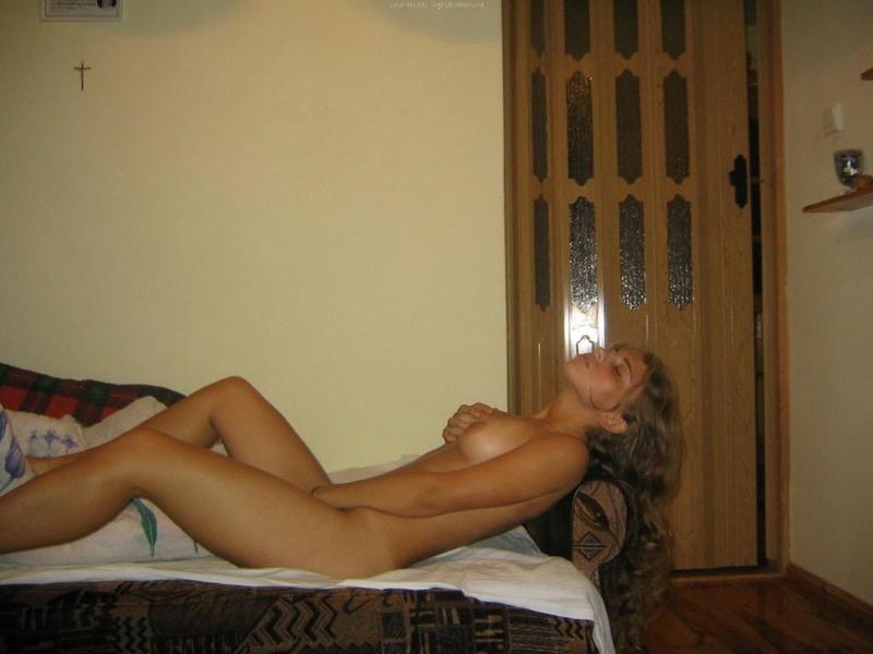 Бойфренд фотографирует голую подругу с волнистыми волосами дома - секс порно фото