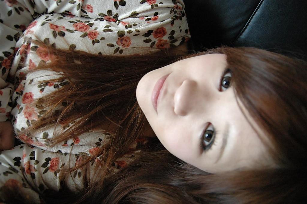 Молодая азиатка раздевается и позирует голой на кровати - секс порно фото