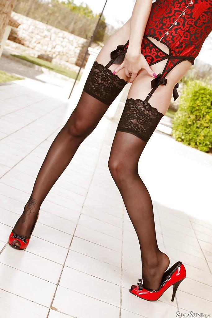 Рыжеволосая краля в сексуальном корсете обнажает свои смачные формы на террасе - секс порно фото