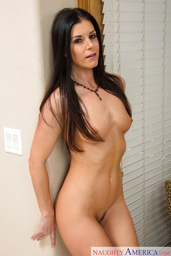 Дамочка медленно раздевается оголяя смачные булки перед камерой - секс порно фото
