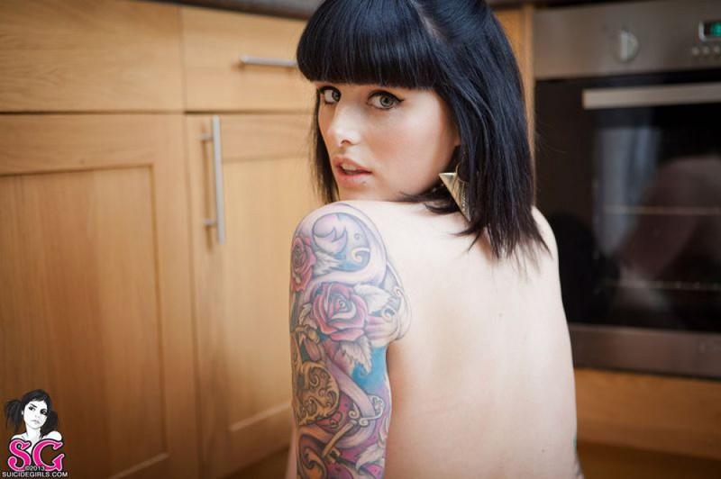 Татуированная молодая неформалка в чулках позирует голая на кухне - секс порно фото