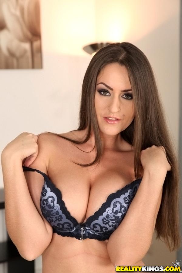 Сексуальная и грудастая милашка оголяет смачные формы - секс порно фото