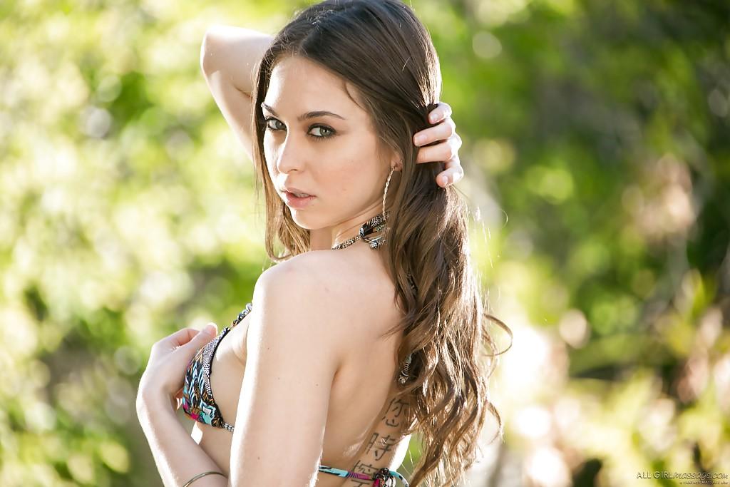 Красотка Riley Reid загорает голышом на лесной поляне - секс порно фото
