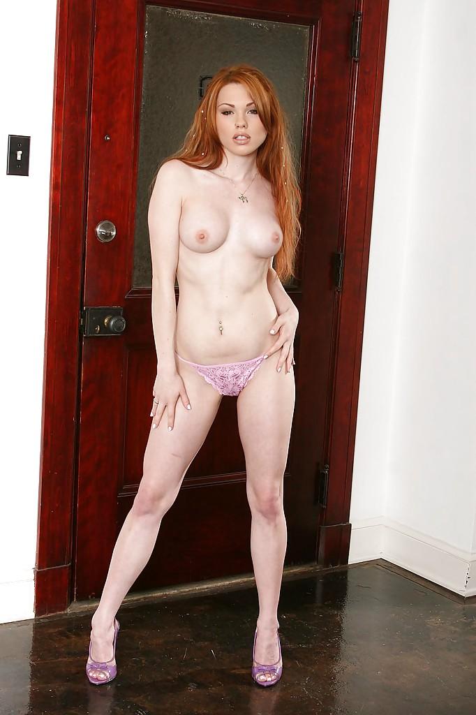 Рыжеволосая милашка раздевается и оголяет свои титьки - секс порно фото