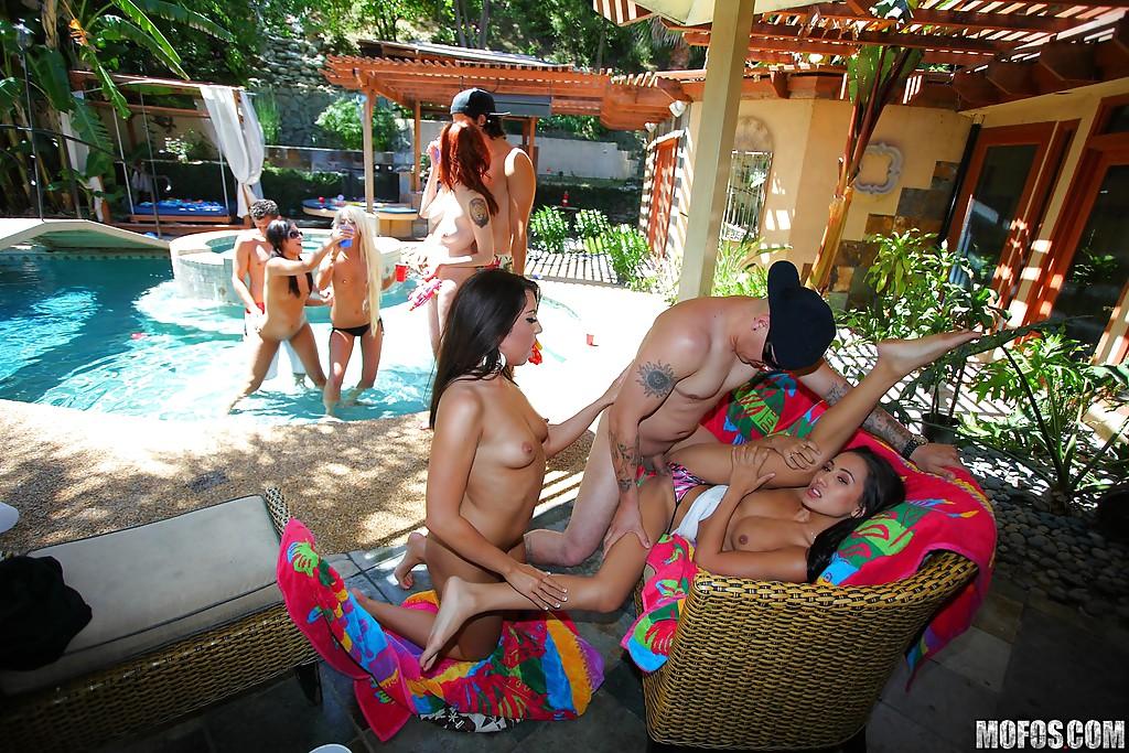 Девицы устроили групповушку на вечеринке у бассейна - секс порно фото