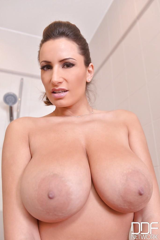 Грудастая дама раздевается и мастурбирует влажную киску в ванной - секс порно фото