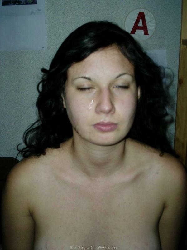 Брюнетка оголяет свои формы и сосет член перед камерой - секс порно фото