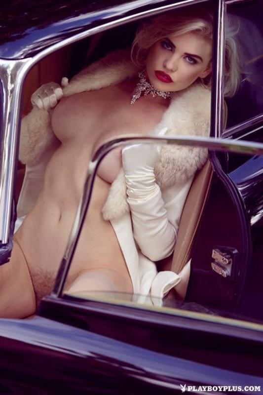 Изящная модель соблазнительно позирует в ретро машине - секс порно фото