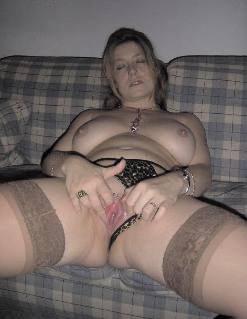 Красотки мастурбируют свои бритые киски перед парнем на диване - секс порно фото
