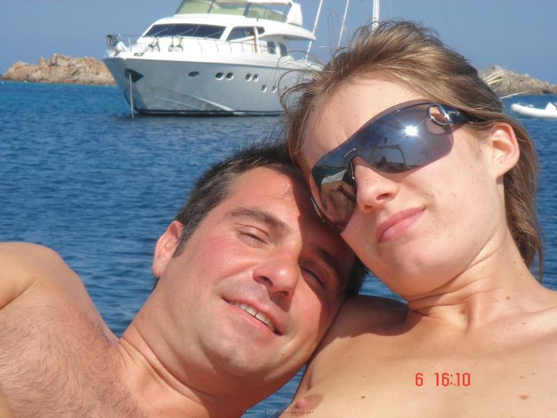 Муж фотографирует жену топлес в свадебном путешествии - секс порно фото