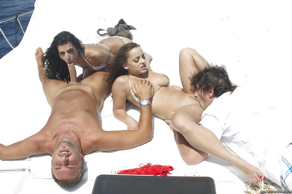 Горячих француженок Lou Charmelle и Liza Del Sierra ебут два парня на яхте - секс порно фото