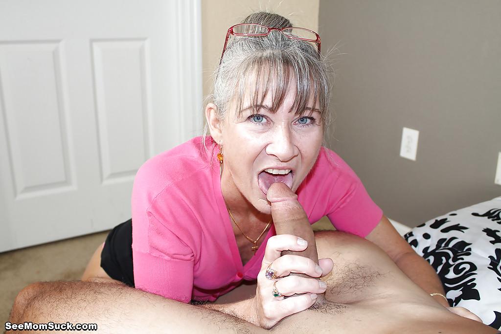 Седоволосая тётка в очках отсасывает парню в спальне - секс порно фото