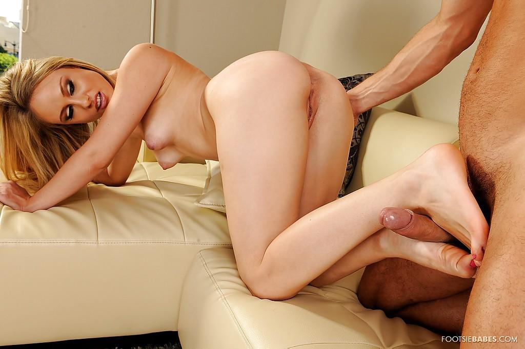 Длинноногая блондинка дрочет ступнями перед трахом - секс порно фото