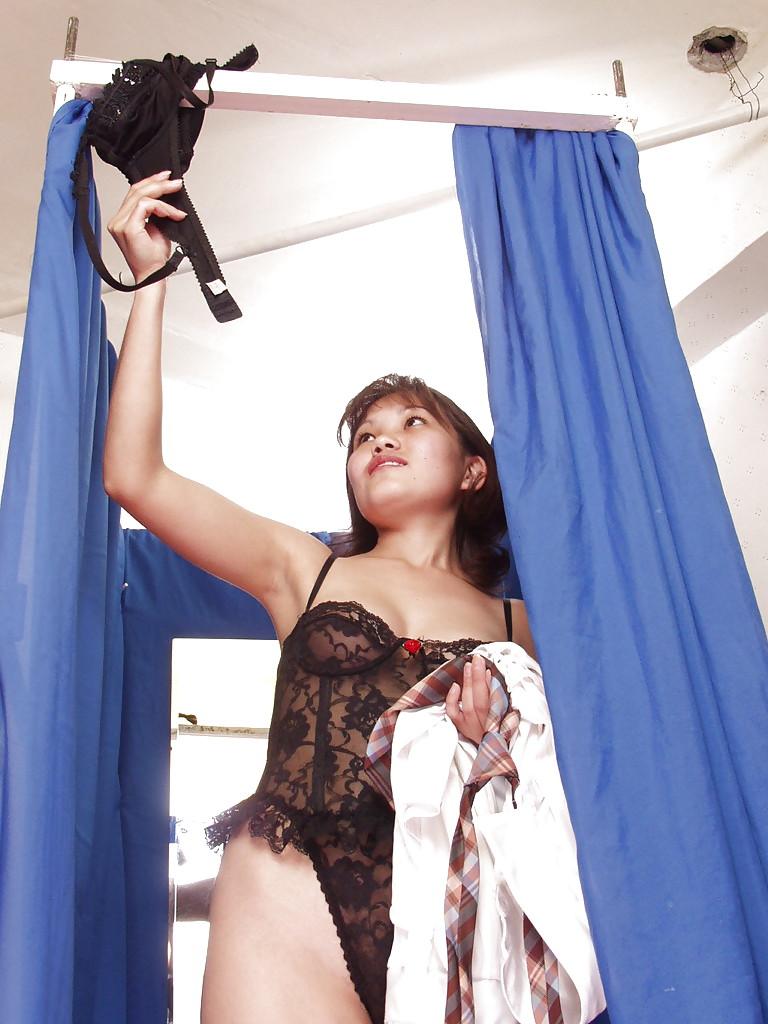 Тайская деваха показывает свои формы в примерочной - секс порно фото