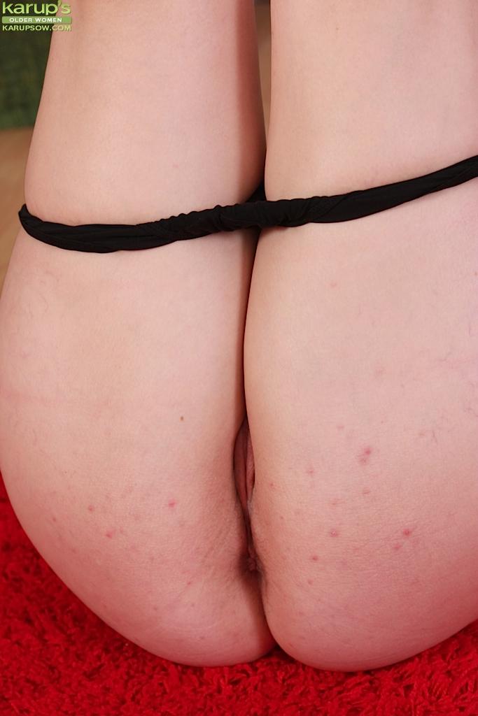 Рыжеволосая шмара раздевается и хвастается своими формами - секс порно фото