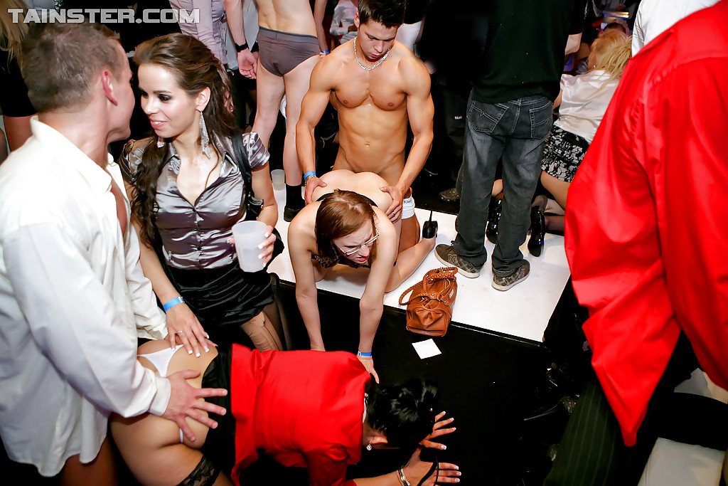 Развратные шмары устроили оргию на вечеринке - секс порно фото