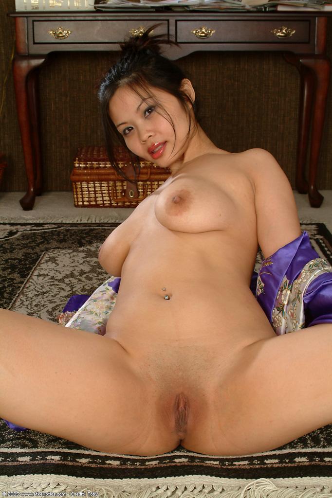 Азиатка показала свои обвисшие сиськи и выбритую пилотку - секс порно фото